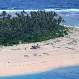 vermiste-zeelieden-ontdekt-op-eilandje-in-stille-oceaan-dankzij-sos-in-zand