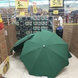 supermarkt-in-brazilie-verstopt-lichaam-achter-parasols-en-houdt-winkel-open