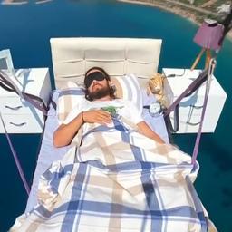 video-|-turkse-paraglider-doet-in-de-lucht-een-dutje-op-bed