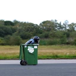 video-|-man-bouwt-vuilnisbak-om-tot-racewagen-en-vestigt-wereldrecord