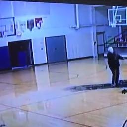 video-|-concierge-gaat-viral-met-knappe-basketbalworp:-'dit-is-fantastisch'