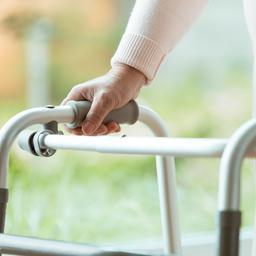 amerikaanse-vrouwen-verkleden-zich-als-bejaarden-om-coronaprik-te-krijgen