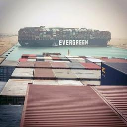 vastgelopen-containerschip-in-suezkanaal-weer-deels-rechtgetrokken