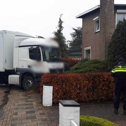 man-in-voerendaal-voorkomt-botsing-door-in-rijdende-vrachtwagen-te-stappen