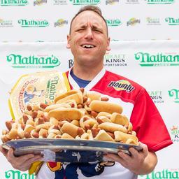 veertienvoudig-kampioen-hotdogs-eten-breekt-eigen-wereldrecord