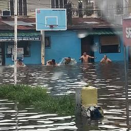 video- -filipijnen-houden-'olympische-zwemrace'-in-ondergelopen-straat