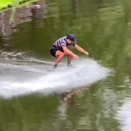 video-|-europees-kampioen-steekt-rotterdamse-singel-over-op-skimboard