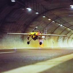 video- -stuntpiloot-vliegt-als-eerste-met-vliegtuig-door-twee-tunnels